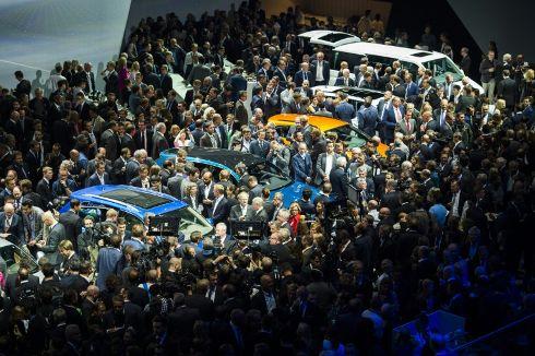 La-foule-se-presse-sur-le-stand-volkswagen-a-la-veille-de-66_2260909